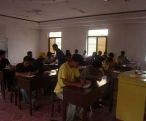 果敢现场组为当地培训疟疾诊治员